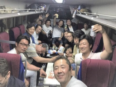 移動中のバス車内の写真です